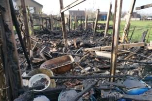 Tuinhuis en volière branden uit, maar noodnummers waren niet bereikbaar