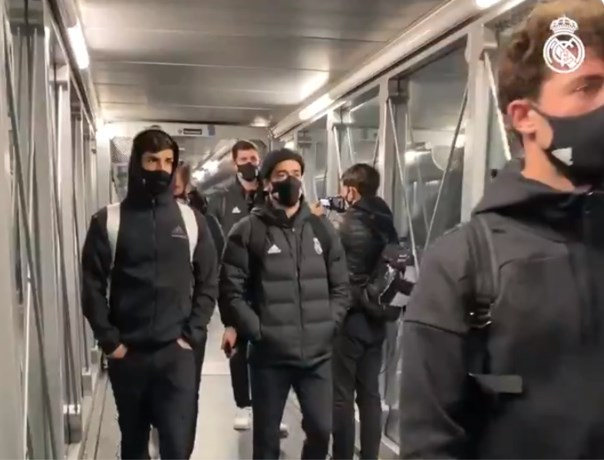 """Eden Hazard en Thibaut Courtois zaten uren vast in vliegtuig op besneeuwde startbaan: """"Dit is een grap"""""""