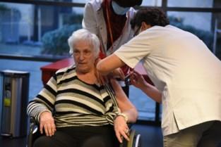 """Maria (89) krijgt vaccinprimeur: """"En nu hoop ik dat er snel wat meer volk op bezoek mag komen""""<BR />"""
