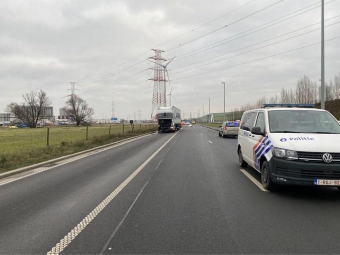 Vrachtwagen rijdt in op auto die vertraagt voor file: twee doden