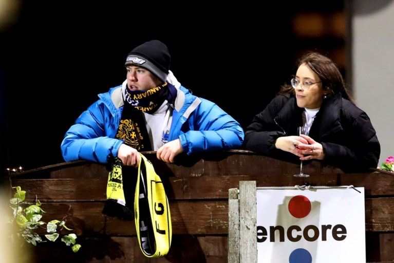 En plots staat Jürgen Klopp naast het veld van amateurclub die tegen Tottenham bekert