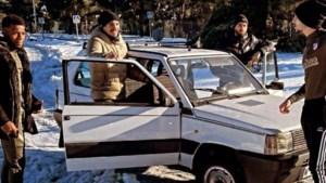 Yannick Carrasco neemt zijn ploegmaats mee door de sneeuw naar training... in een oude Fiat Panda