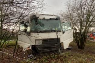 Vrachtwagen gaat door vangrail op Antwerpse Ring: bestuurder werd mogelijk onwel achter stuur