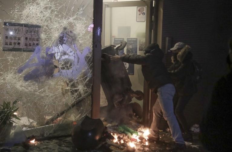 Betoging voor overleden Ibrahima (23) escaleert: waterkanon ingezet, brand in commissariaat, wagen van koning Filip plots tussen de relschoppers