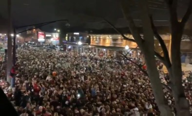 Duizenden footballfans vieren overwinning van team ondanks stijgende besmettingen en waarschuwingen van overheid