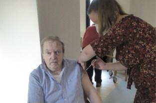 Etienne (67) krijgt eerste prikje in Hof ter Veldeken