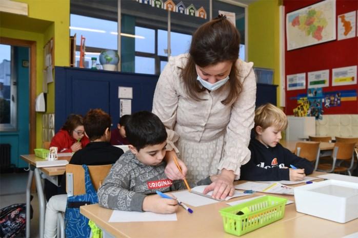 """Onderwijstopman wil extra handen in de klas: """"Liefst leraren, maar als die op zijn moeten we verder kijken"""""""