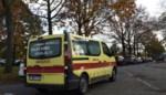 Auto slipt door sneeuw tegen gevel, jonge bestuurder naar ziekenhuis
