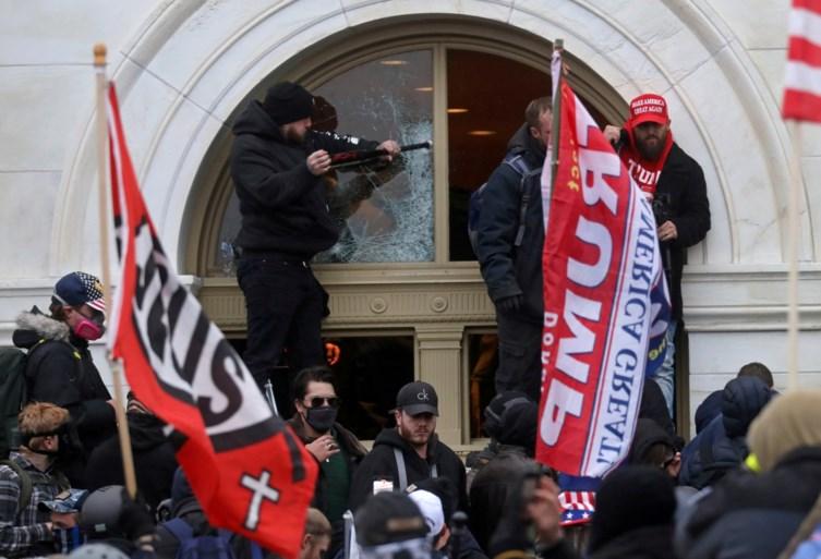 """President Trump rept niet over impeachment, veroordeelt geweld: """"Geen échte supporters van mij"""""""