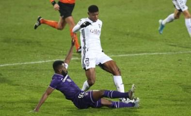 Kemar Lawrence maakt debuut als Anderlecht-kapitein… en wordt nog voor de rust uitgesloten na stevige tackle