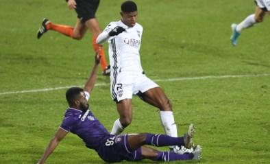 Kemar Lawrence maakt debuut als Anderlecht-kapitein… en wordt nog voor de rust uitgesloten, Sambi Lokonga reageert kwaad