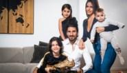 Lior Refaelov toont de Gouden Schoen aan zijn apetrotse familie