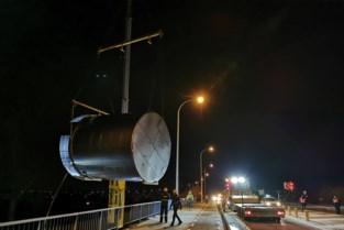 Uitzonderlijk transport helpt enorme silo voorbij sluis van Lozen
