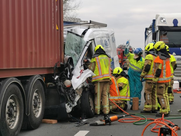 Brandweer bevrijdt bestuurder uit wrak na crash tegen vrachtwagen