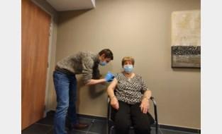 """Eerste vaccins in Oudsbergs rusthuis: """"Het feest kan beginnen, vaccin is binnen"""""""