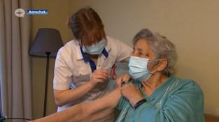 Studenten verpleegkunde helpen mee vaccineren in woonzorgcentrum Demerhof in Aarschot