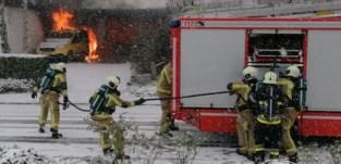 Wagen uitgebrand onder carport, parket stelt branddeskundige aan om oorzaak te onderzoeken