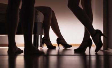 """Agenten vallen swingersfeestje binnen, maar feestvierders verwarren hen met strippers: """"Wat heb je mooie ogen"""""""