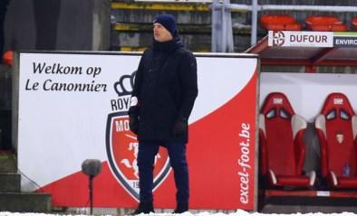 """John van den Brom niet te spreken over veld in Moeskroen: """"Dit was geen voetbal maar sneeuwballengevecht"""""""