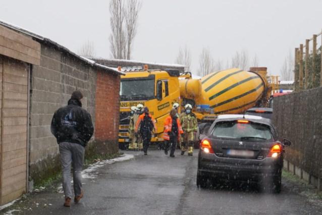 Man zakt met verreiker en autowrakken door betonplaat in beerput