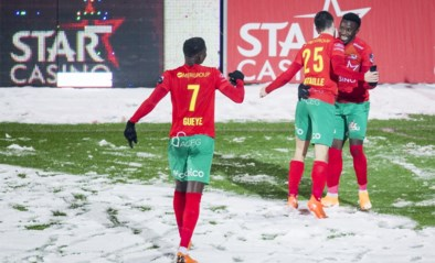 Fashion Sakala loodst KV Oostende voorbij KV Kortrijk in partij sneeuwvoetbal
