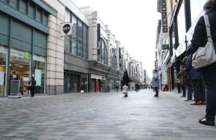 Vrouw roept voorbijgangers op mondmasker af te zetten in Brusselse Nieuwstraat