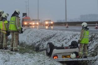 Wagen gaat over de kop en belandt ondersteboven in de gracht: drie gewonden