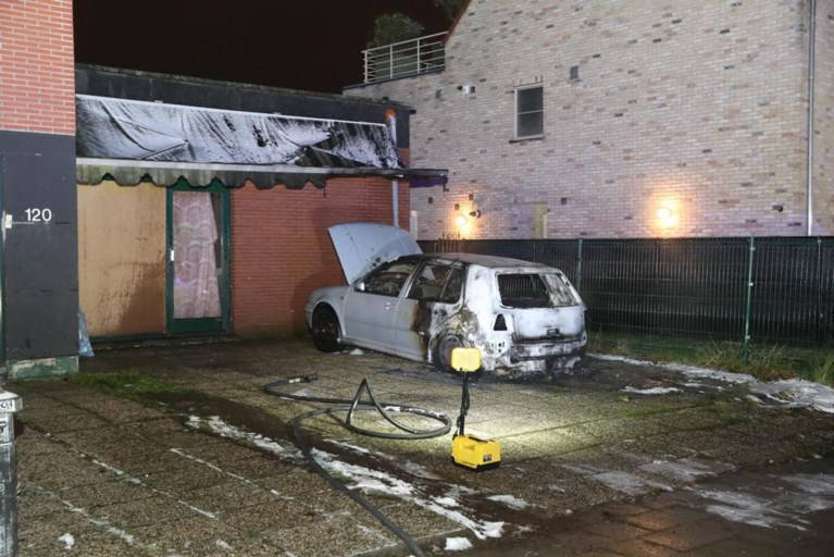 Auto volledig uitgebrand voor woning in Aartselaar, kwaad opzet, zegt politie