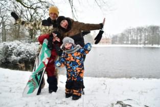 Wout (6) leeft zich uit op snowboard aan kasteel d'Aertrycke