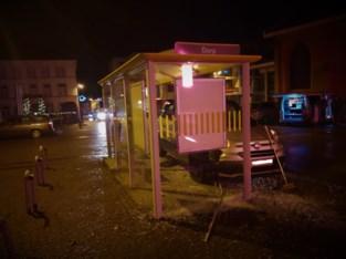 Thuisverpleegster knalt tegen bushalte in centrum van gemeente