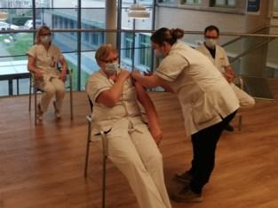 """UZ Gent geeft personeel spuitje tegen corona: """"Vaccinatie rusthuizen niet in gedrang"""""""