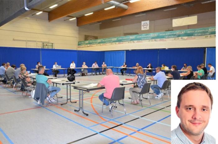 """Raadslid dient klacht in tegen fysieke gemeenteraad: """"Premier heeft mond vol van telewerk, maar blijkbaar niet in zijn eigen gemeente"""""""