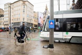 Licht en geluid waarschuwen voetgangers voor tram op Operaplein