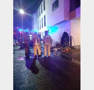 Buitenmuur nieuw appartementencomplex zwaar beschadigd door brand