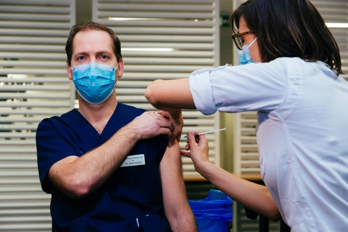 """UZ Leuven gestart met vaccinatie personeelsleden: """"Deze prik komt geen dag te vroeg"""""""