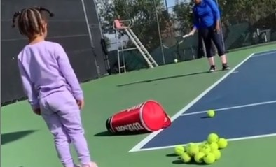 Hoe schattig! Serena Williams krijgt op training assistentie van haar dochter Olympia