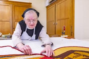 Trappistin Geertrui maakt Vuurkruisersvlag uit 1919 weer als nieuw