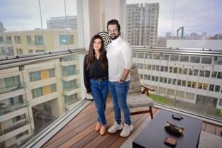 """Koppel kampeert tweeënhalve maand in lege flat door corona: """"Elke dag hing mijn man uren aan de telefoon"""""""
