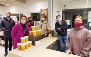 Tine en Gudrun schenken 310 liter soep aan sociale kruidenier Kaba