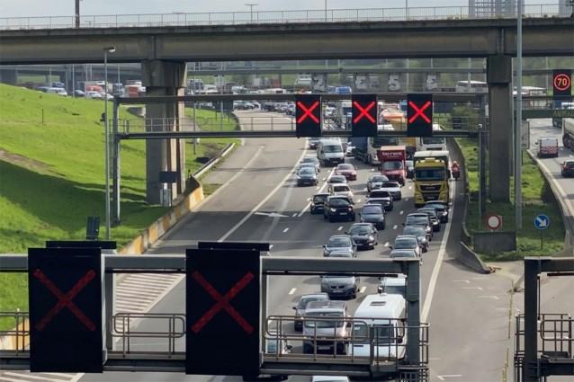 Stevige hinder door aanrijding met vrachtwagens in Kennedytunnel
