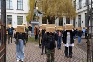 Leerlingen Gentse kunstschool protesteren tegen hervorming met zak over hun hoofd
