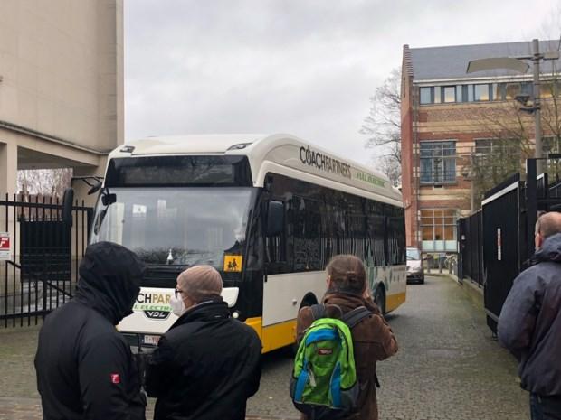 Volledig elektrische bus brengt leerlingen Europese school naar hun lessen