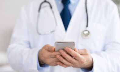 Dokter schrijft politieagente ziek zodat ze in het geheim kunnen afspreken