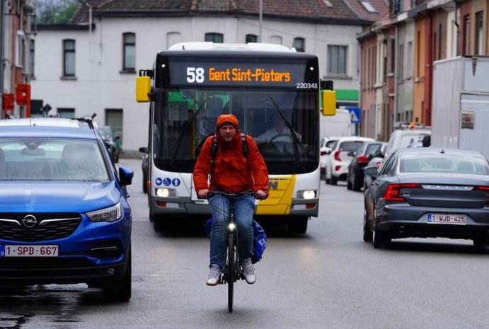 Verboden fietsers inhalen in (te) smalle straten? Gent onderzoekt eigen 'fietszones'
