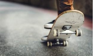 Jongen (14) gewond na botsing met skateboard tegen auto op school