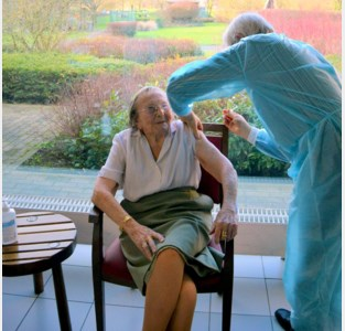 Oudste bewoonster Maria Gielen (105) krijgt de eerste prik in wzc Sint-Eligius