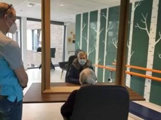 Vrijwilligers begeleiden bezoek in woon-zorgcentrum Egmont