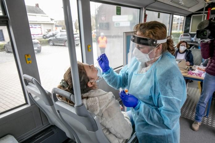 Testbus controleert hele school na besmettingen bij zesde leerjaar