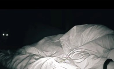 Susie wist niet waarom ze zich 's ochtends altijd zo moe voelde, dus zette ze een camera in haar slaapkamer