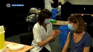 """Kleinere ziekenhuizen snakken naar vaccins: """"We zijn moe"""""""